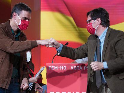 El presidente del Gobierno, Pedro Sánchez (izq.) y el líder del PSC, Salvador Illa, el pasado febrero durante la campaña electoral de las elecciones catalanas.
