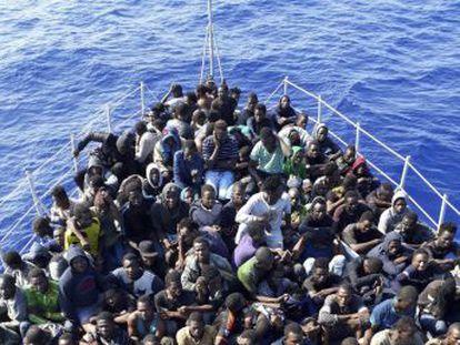 Italia deja en manos de los guardacostas libios los rescates y condena a los ocupantes de las pateras interceptadas a ser recluidos en centros de detención