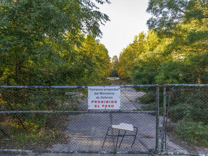 Valla de acceso al antiguo cuartel de Monte la Reina, en Toro (Zamora), abandonado desde 1997.