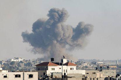 Columna de humo tras un bombardeo israelí, este miércoles en Gaza