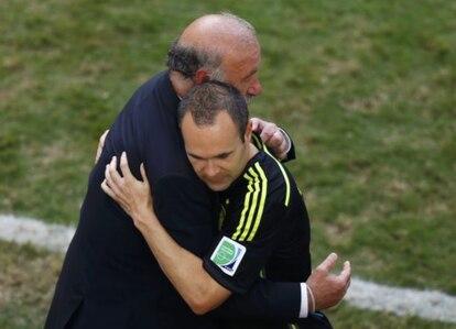 Del Bosque e Iniesta se abrazan al terminar el partido ante Australia que cerró la participación de España en el Mundial de Brasil.