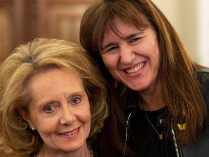 Mariàgela Vilallonga (izquierda) y Laura Borràs en la consejería de cultura, el dia de su relevo.