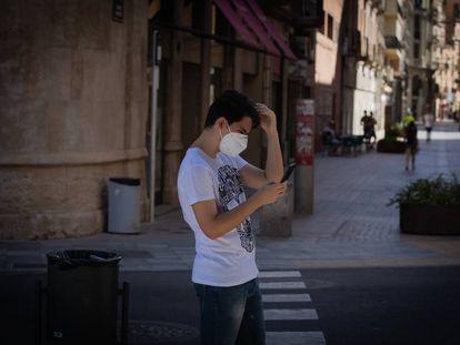 Un joven camina en el centro de Lleida (Segrià) un día después del anunció del confinamiento de la comarca tras rebrotes de covid-19