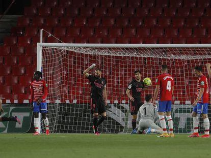 Los jugadores del Madrid celebran el gol de Odriozola este jueves en Los Cármenes.