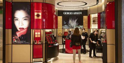 Vista de una tienda de Giorgio Armani, en Hong Kong.