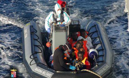 Varios de los 1.026 inmigrantes rescatados el 24 de diciembre por Italia.