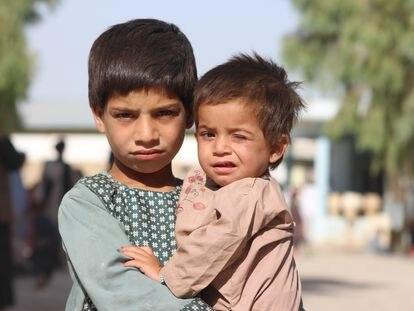 Mohammad Dawood, de cinco años, y su hermano Sayed Ahmad, de dos, han sido trasladados del distrito de Maiwand al campo de desplazados internos de Haji, en Afganistán, debido al conficto con los talibanes.