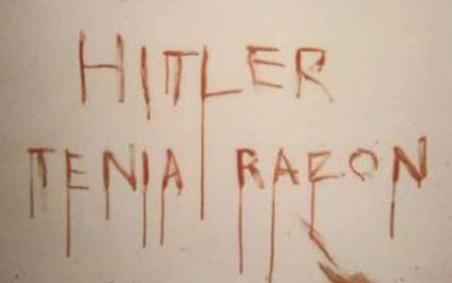 Mensaje en la pared de la casa donde se halló a la víctima.
