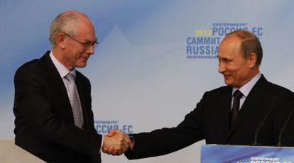 El presidente de la UE, Herman Van Rompuy, y su homólogo ruso,  Vladimir Putin, durante la rueda de prensa al concluir la cumbre bilateral