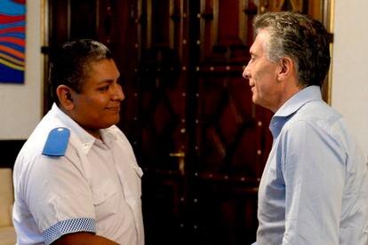 El policía Luis Chocobar saluda al entonces presidente de Argentina Mauricio Macri el 1 de febrero de 2018.