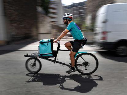 Un repartidor de la empresa Deliveroo, en París.