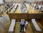Inicio de la vacunación de alrededor de unas 6000 personas en el polideportivo de El toscar en Elche para las poblaciones de Elche.