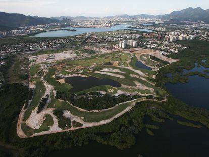 Imagen aérea de la construcción del campo de golf del barrio de Barra de Tijuca, en Río de Janeiro.