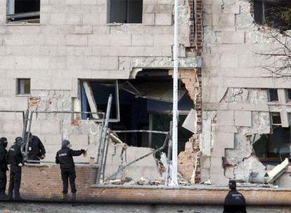Aspecto de la fachada de la comisaría de la Ertzaintza en Ondarroa tras el atentado de anoche con coche bomba