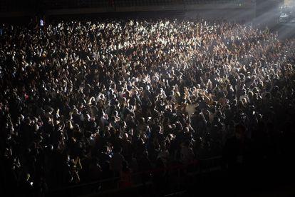 Espectadores en el Palau Sant Jordi de Barcelona, para ver a Love of Lesbian, en el primer concierto masivo en pandemia.