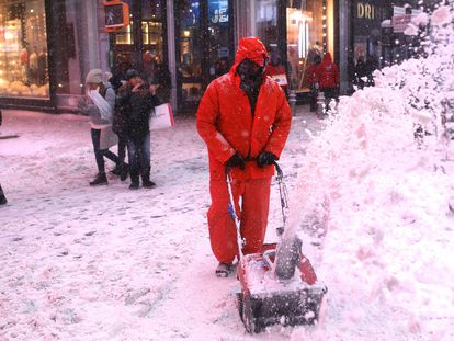 Un operario limpia una de las aceras de Times Square, Nueva York.