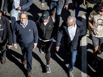 Quim Torra camina junto a Ibarretxe en la columna de la marcha independentista de Girona, a la altura de Caldes de Malavella.