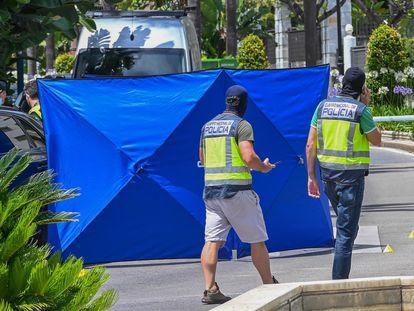 Varios policías en la zona donde fue acribillado a tiros un hombre el pasado junio en Marbella.