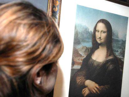 Una mujer observa la obra 'L.H.O.O.Q.', de Marcel Duchamp.