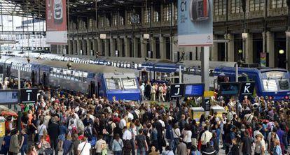 Cientos de pasajeros se concentran en la Gare de Lyon de París.