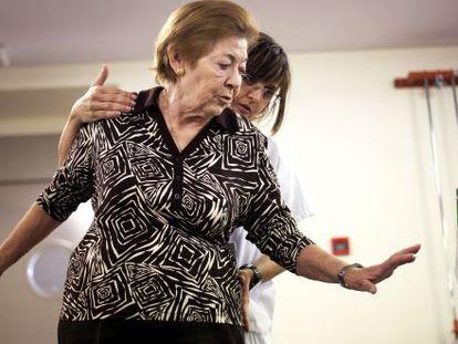 Una mujer hace ejercicios en el Hospital Universitario de Getafe.