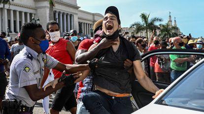 Un hombre es arrestado durante las protestas en La Habana el 11 de julio de 2021.