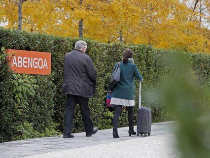Unas personas entran al centro de Abengoa de Palmas Altas en Sevilla.