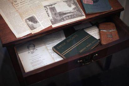 Escritorio de Charlotte Brontë en la casa museo de la familia, en Haworth, Inglaterra.