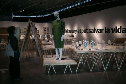 Mascarillas y batas diseñadas para hacer frente a la pandemia que pueden verse en la exposición ¡Emergencia! en el Museo del Diseño de Barcelona.