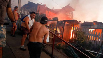 Varias personas intentan sofocar las llamas en sus viviendas.