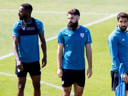 Iñaki Williams, Asier Villalibre y Raúl García durante el entrenamiento de este jueves en  Lezama, antes de viajar a Sevilla, donde el próximo sábado se enfrentan al Barcelona en la final de la Copa del Rey. / (EFE)