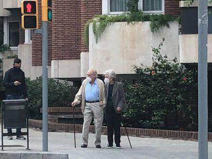 Jordi Pujol y Marta Ferrusola pasean cerca de su casa en Barcelona.