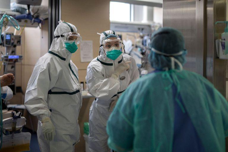 Sanitarios en la UCI del Hospital Vall d'Hebron de Barcelona, este domingo.