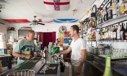 Ingleses en el Jack`s bar, ubicado en la urbanizacion La Marina, San Fulgencio, Alicante.