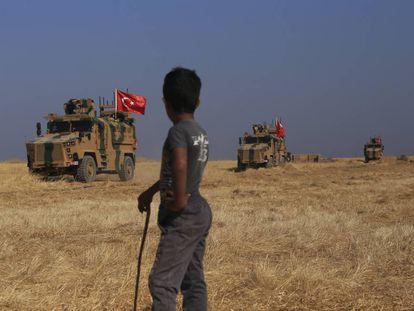 Soldados turcos durante las patrullas conjuntas con tropas estadounidenses en la 'zona de seguridad' en el lado sirio de la frontera con Turquía, este viernes.