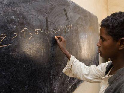 Un alumno escribe en la pizarra en una escuela de Manan Telkouk, en Sudán.