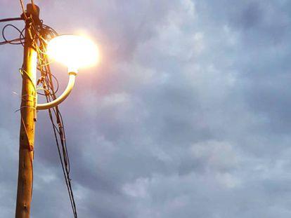 Luz eléctrica iluminando el campo de refugiados de Adi-Harush, en Shire (Etiopía).