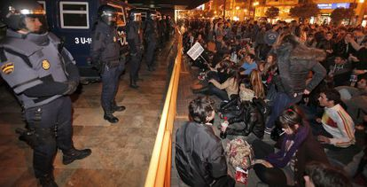 Policías antidisturbios vigilan una concentración de estudiantes ante la Delegación del Gobierno en Valencia el pasado febrero.