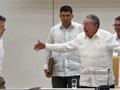 Castro invita a acercarse a Santos, ante Timochenko.
