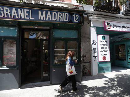 La tienda Madrid Granel junto a la máquina expendedora Japón Market 24h, en la calle Embajadores de Madrid.