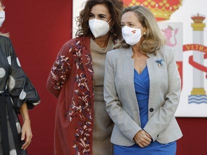 La vicepresidenta Nadia Calviño, a la derecha, junto a la ministra de Hacienda, María Jesús Montero, el 12 de octubre en Madrid.