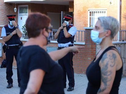 Varias personas se concentran ante un inmueble que había sido ocupado en Pallejà.