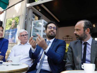 Philippe (der. ) escucha a Mahjoubi, el mes pasado en París.