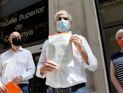 El presidente de Ciudadanos en el Parlament de Catalunya, Carlos Carrizosa, presenta la denuncia ante la Fiscalía Superior de Cataluña.