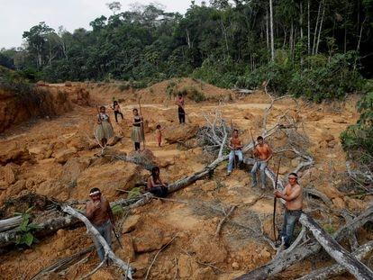 Un grupo de la comunidad indígena mura, en tierras sin registrar, cerca de Humaitá, en la Amazonía brasileña en 2019.