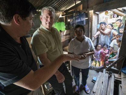 Al Gore, en el documental, con el alcalde de Tacloban City (Filipinas), ciudad asolada por el tifón Haiyan.