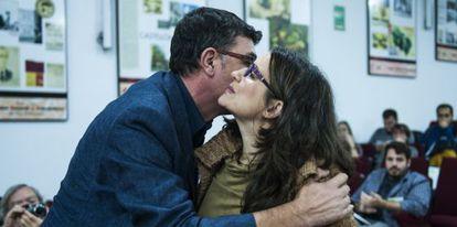 El secretario del Bloc, Enric Morera, besa a Mònica Oltra en el congreso de Iniciativa del Poble Valencià.