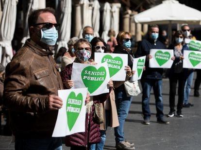 Los vecinos de Teruel formaron este sábado una cadena humana con pancartas para reclamar una sanidad pública digna en las zonas rurales y que se acelere la construcción del nuevo hospital.