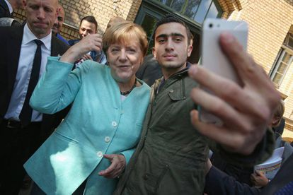 Anas Modamani, junto a la canciller alemana, Angela Merkel.