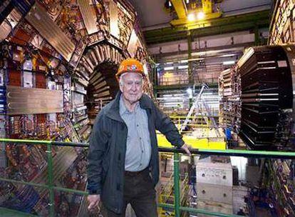 El físico Peter Higgs, ante uno de los detectores del acelerador LHC durante una visita el pasado abril.